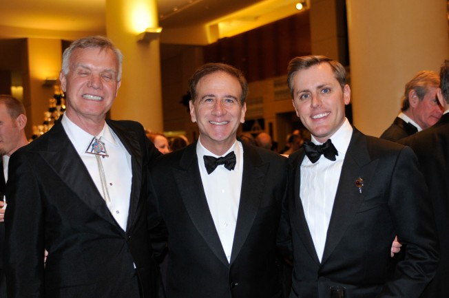 Tim Gill, a la izquierda, junto a Scott Miller y el presidente de CEO. Michael Salem