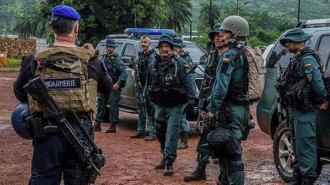 El ministro de Defensa, Pedro Morenés, durante su visita a las tropas españolas recientemente desplegadas en la República Centroafricana