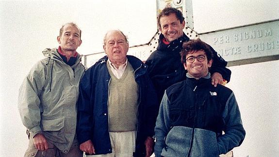 Oleguer Pujol, segundo por la derecha, junto a su padre.
