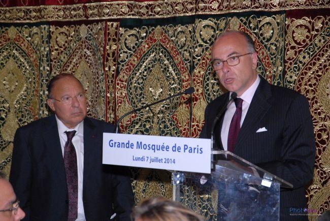 Bernard Cazaneuve, a la derecha, en la gran mezquita de París