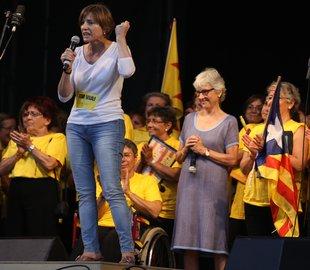 Carme Forcadell, presidenta de la ANC (i) junto a Muriel Casals, de Òmnium Cultural
