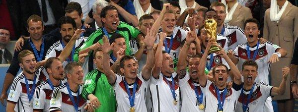 El alemán Philipp Lahm levanta la copa que acredita a su equipo como Campeón del Mundo tras el Mundial de Brasil 2014