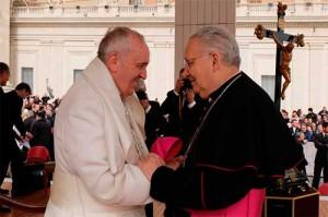 El obispo Julián López (d) saluda al Papa Francisco
