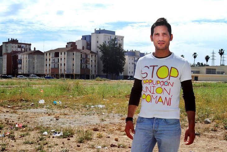 Lagarder Danciu posa con una camiseta en la que se alude a la supuesta corrupción en la Unión Romaní