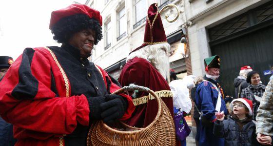 El paje Zwarte Piet junto a Santa Claus.