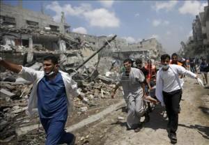 Unos paramédicos palestinos llevan el cuerpo de un hombre en una camilla en el barrio de Al Shejaeiya.