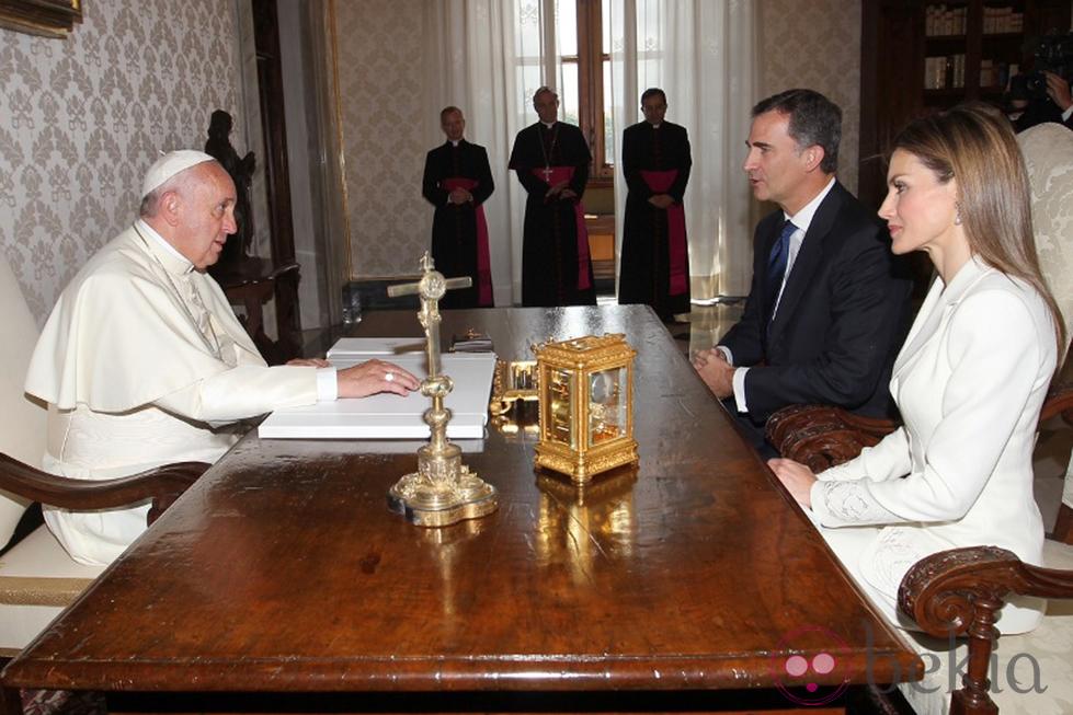 El Rey Felipe y la Reina Letizia con el Papa Francisco en El Vaticano en su primer viaje al extranjero como Reyes de España.