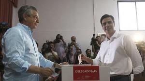 Pedro Sánchez, en el momento de depositar su voto.