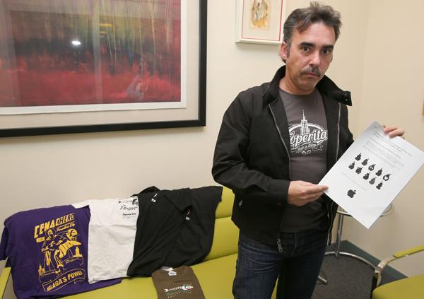 Pablo Ruiz, con algunas de sus diseños y el escrito a Apple.