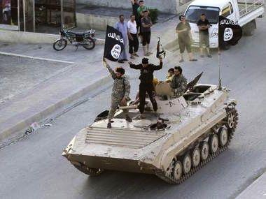 Yihadistas armados desfilan en la provincia de Raqqa, norte de Siria, celebrando la proclamación del califato anunciada por el Emirato Islámico en Irak y el Levante.