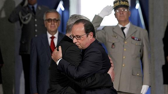 Momento del abrazo de Hollande y Gauck.