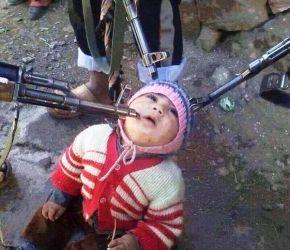 Una imagen que dio la vuelta al mundo: Un bebé cristiano es apuntado por islamistas sirios.