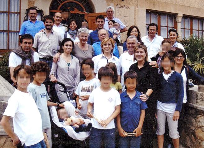 El ex 'president' Jordi Pujol y Marta Ferrusola, su esposa, posando con sus hijos en una imagen de archivo.