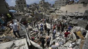 Unos palestinos inspeccionan una casa.