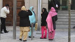 Mujeres pakistanís ante los juzgados durante el juicio a unos padres que retenían a su hija