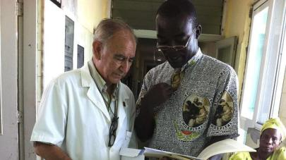 El padre Miguel Pajares, junto al religioso de Ghana George Combey en Monrovia (Liberia).