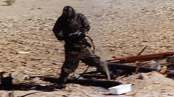 Un trabajador de Naciones Unidas destruye un misil. / Archivo