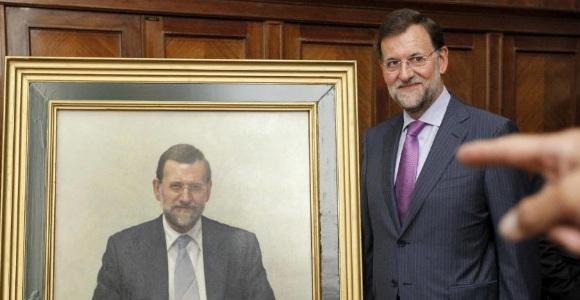 Rajoy posa junto a su retrato como exministro de Educación.