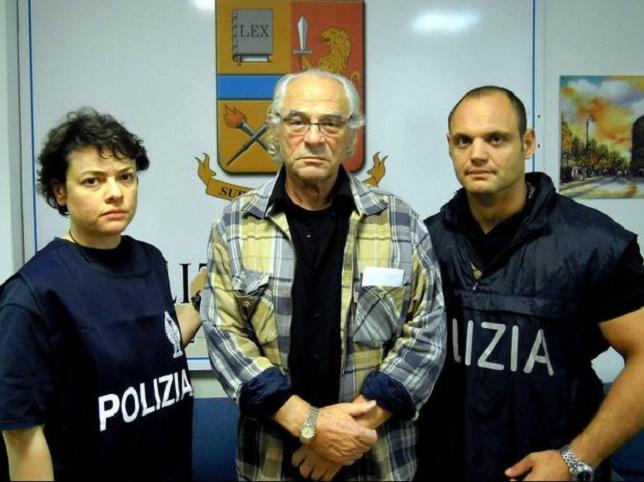 Gadelya Tauber, entre dos policías.