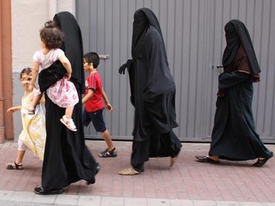 Musulmanas pasean por una calle de Lérida