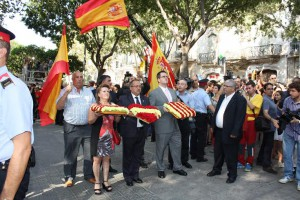 Miembros de Soluciona, con banderas nacionales en la Diada de Cataluña.
