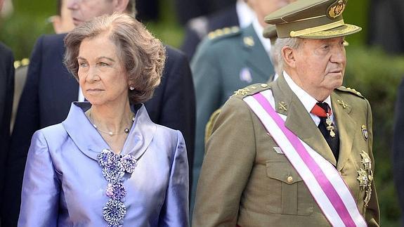La reina Sofía y el rey Juan Carlos, en el desfile del día de las Fuerzas Armadas.
