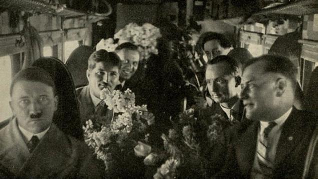 El Führer en un avión en su cumpleaños de 1932