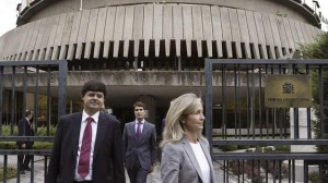 La abogada del Estado Marta Silva (d), a la salida del Tribunal Constitucional tras presentar los recursos de inconstitucionalidad.