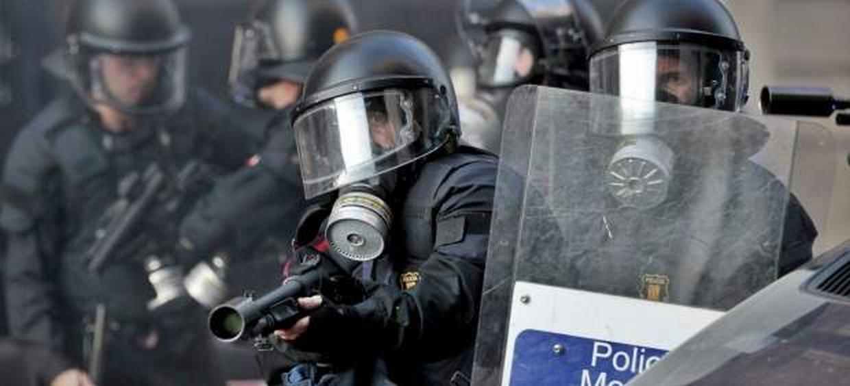 Mossos disparando contra ciudadanos catalanes.