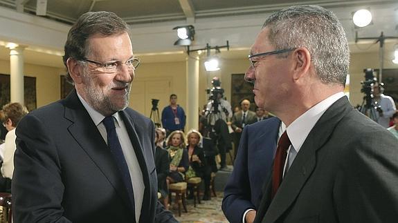 Rajoy saluda a Gallardón.