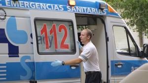 Un sanitario abre la puerta de una ambulancia.