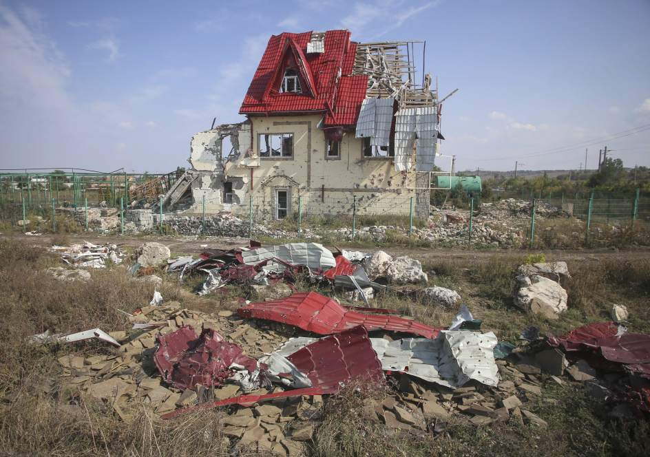 Una casa destrozada tras duros enfrentamientos entre las fuerzas ucranianas y los rebeldes prorrusos cerca de Slaviansk, en la zona de Donetsk.