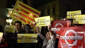 Simpatizantes y militantes de la CUP (Candidatura d'Unitat Popular), durante la concentración convocada en la plaza de Sant Jaume de Barcelona