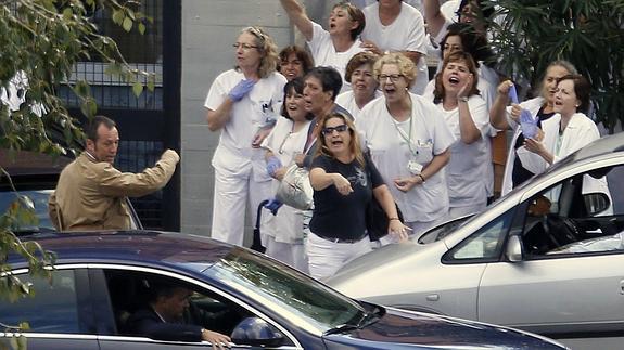 Trabajadores lanzan guantes a la comitiva de Rajoy.