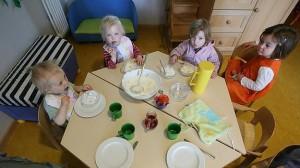Niños almuerzan en una guardería.
