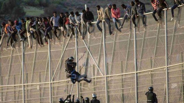 Los inmigrantes se pusieron a agredir cuando el guardia civil estaba intentando prestarles ayuda