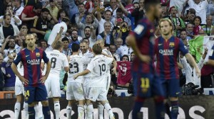 Los jugadores del Madrid celebran el tercer gol.