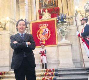 Nicolás posa junto a los alabarderos en las escaleras principales del Palacio Real, en julio de este año y cuelga la foto en Facebook.
