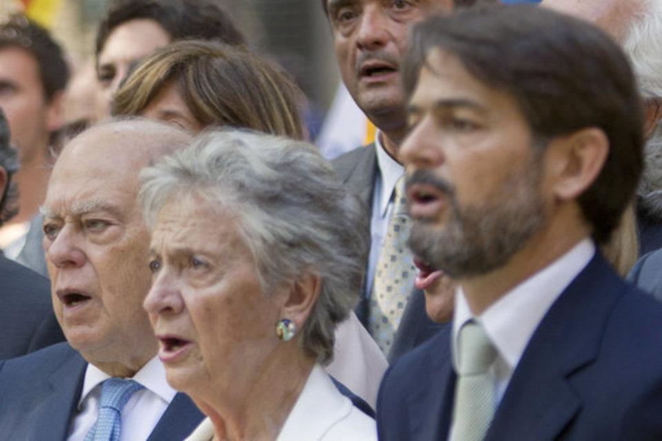 Oriol Pujol con su madre, Marta Ferrusola (c), junto al expresidente de la Generalitat