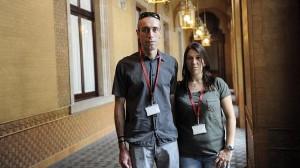 Antonio Hernández y Mónica Zarco, en los pasillos del Parlamento catalán