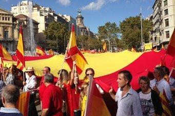 Una gran bandera de España recorre el Paseo de Gracia hasta la Plaza de Cataluña