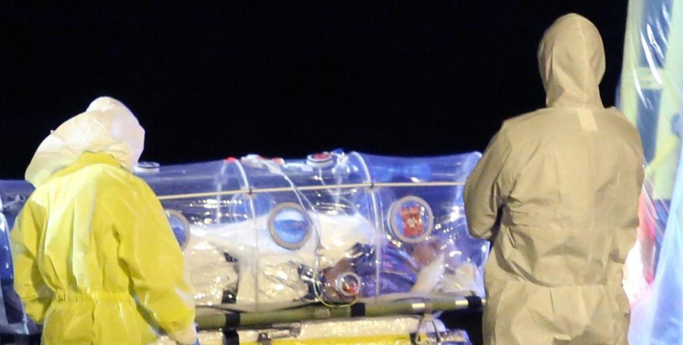 Trabajadores sanitarios trasladan al sacerdote Manuel García Viejo en la base aérea de Torrejón.