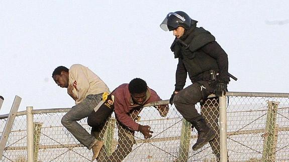 Un guardia civil intenta impedir un asalto.