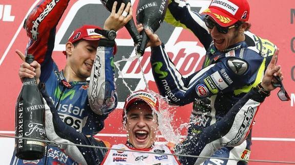 Lorenzo y Rossi celebran la victoria de Marc Márquez.