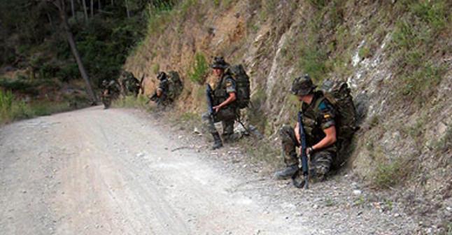 Grupo de soldados armados en un camino del Parque de Collserola (Barcelona)