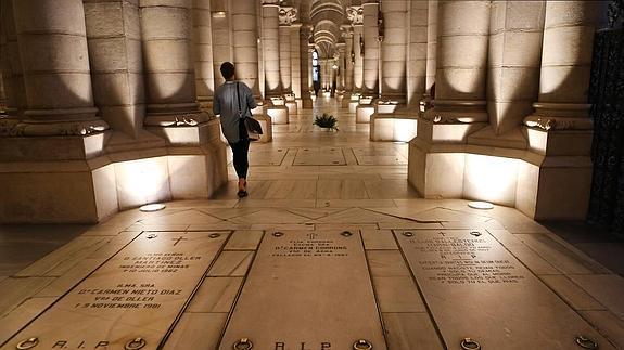 Tumbas en la cripta de la catedral de La Almudena, que funciona a su vez como parroquia de Santa María La Real.