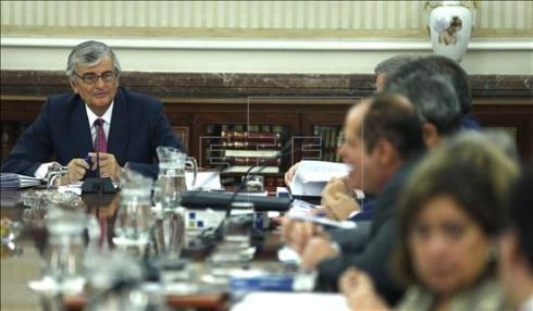 El fiscal general del Estado, Eduardo Torres-Dulce (i), al inicio de la reunión de la Junta de Fiscales de Sala, que se ha celebrado hoy en la sede de la Fiscalía General del Estado