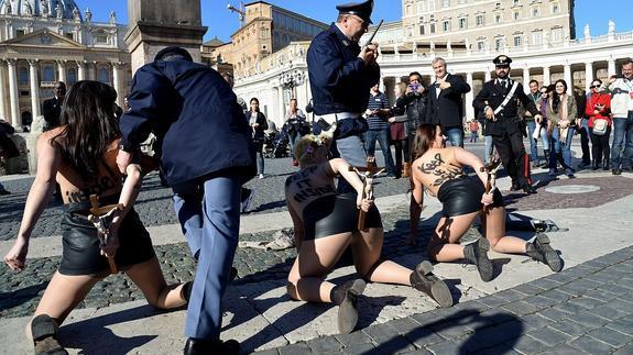 Detención de las activistas.