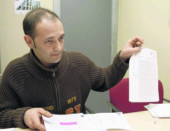 Francisco Rodríguez muestra las sentencias y las medidas cautelares impuestas a su expareja.