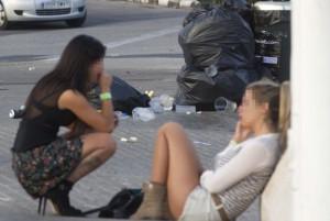 Dos jóvenes, en la mañana de ayer, descansando tras una noche de fiesta en el entorno de la Ciudad de las Artes y las Ciencias.